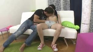 tenåring babe kyssing brunette